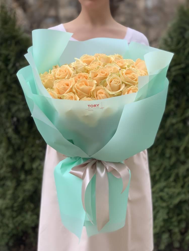 Букет 51 персиковая роза в упаковке