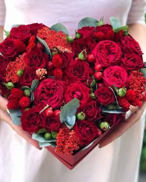 Квіти в коробці у формі серця