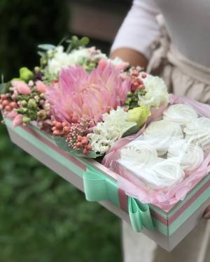 Цветы в коробочке со сладостями