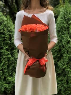Букет 21 коралловая роза в упаковке - заказ и доставка цветов Киев