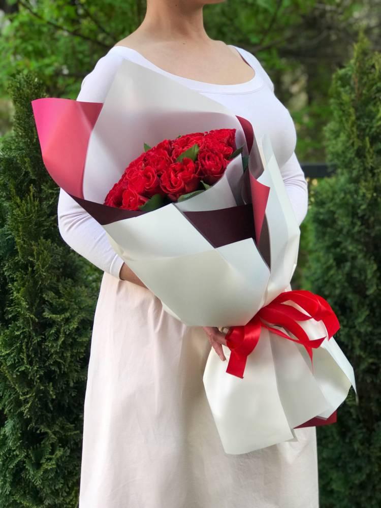 Букет 25 красных роз в упаковке