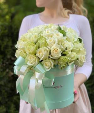 51 белая роза в шляпной коробке - заказ и доставка цветов Киев