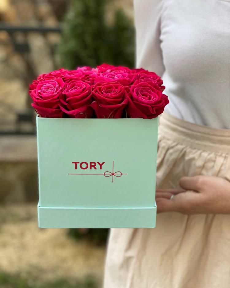 17 малиновых роз в квадратной коробке