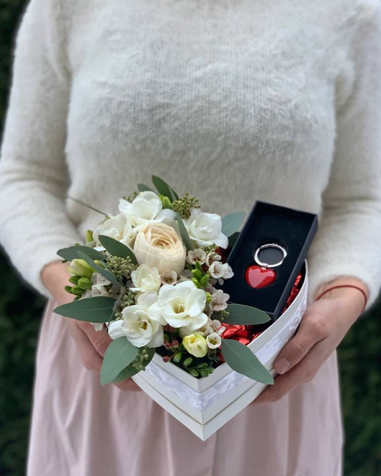 """Цветы в коробке в форме сердца """" Любимой """""""