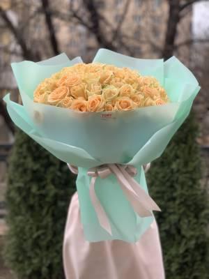 Букет 101 персиковая роза в упаковке - заказ и доставка цветов Киев