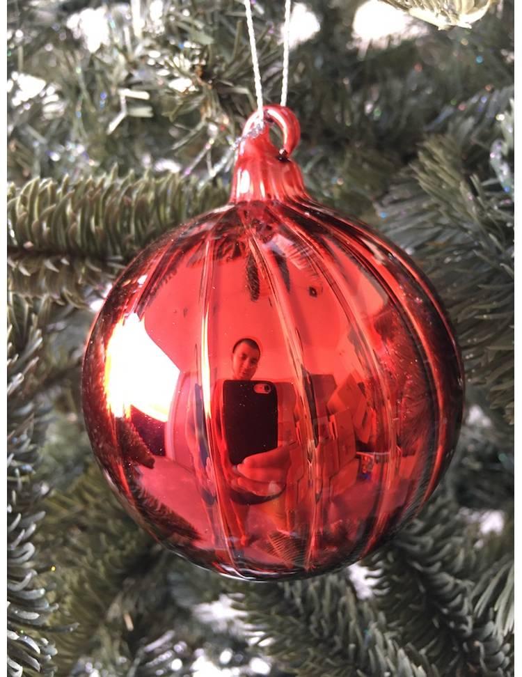 Ёлочный стеклянный шар красный с вертикальными полосами, 8 см