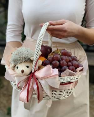 Корзина с фруктами и игрушкой - заказ и доставка цветов Киев