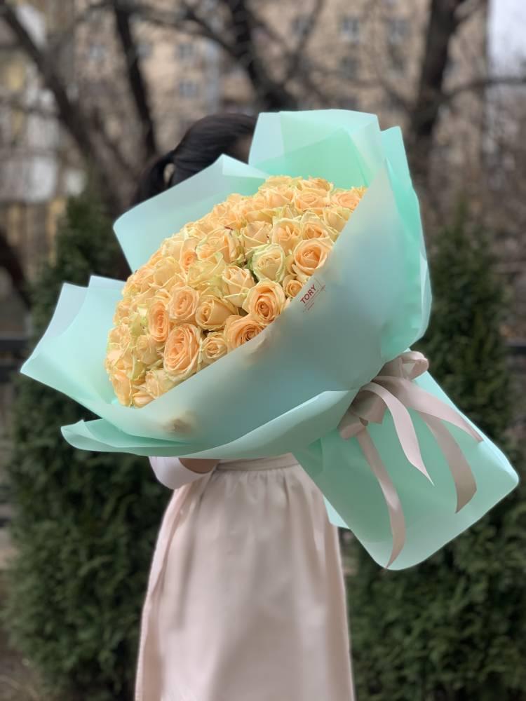 Букет 101 персиковая роза в упаковке