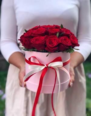21 красная роза в шляпной коробке - заказ и доставка цветов Киев
