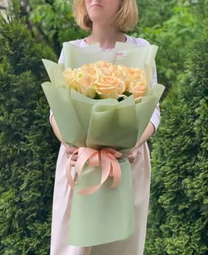 Букет 21 персиковая роза в упаковке - заказ и доставка цветов Киев
