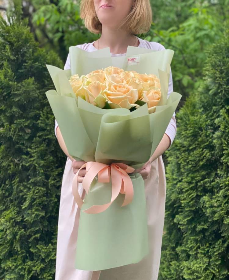 Букет 21 персиковая роза в упаковке