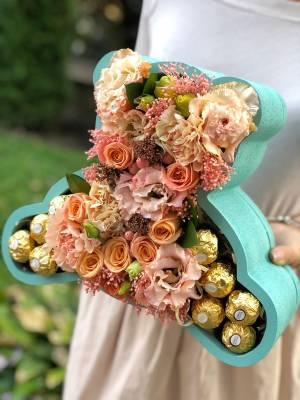 Цветы в фигурной коробке со сладостями