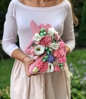 Цветы в фигурной коробке