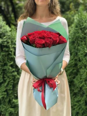 Букет 21 роза красная в упаковке - заказ и доставка цветов Киев
