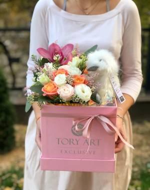 Цветы в коробке с игрушкой