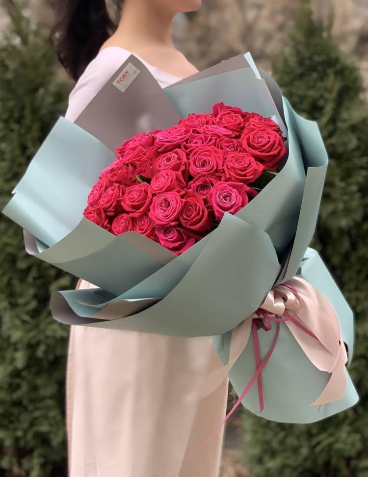 Букет 51 малиновая роза в упаковке