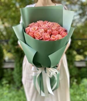 Букет 25 янтарных роз в упаковке - заказ и доставка цветов Киев