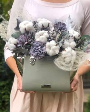 Цветы в керамической вазе