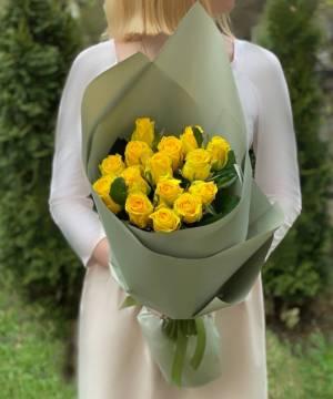 Букет 15 желтых роз в упаковке - заказ и доставка цветов Киев