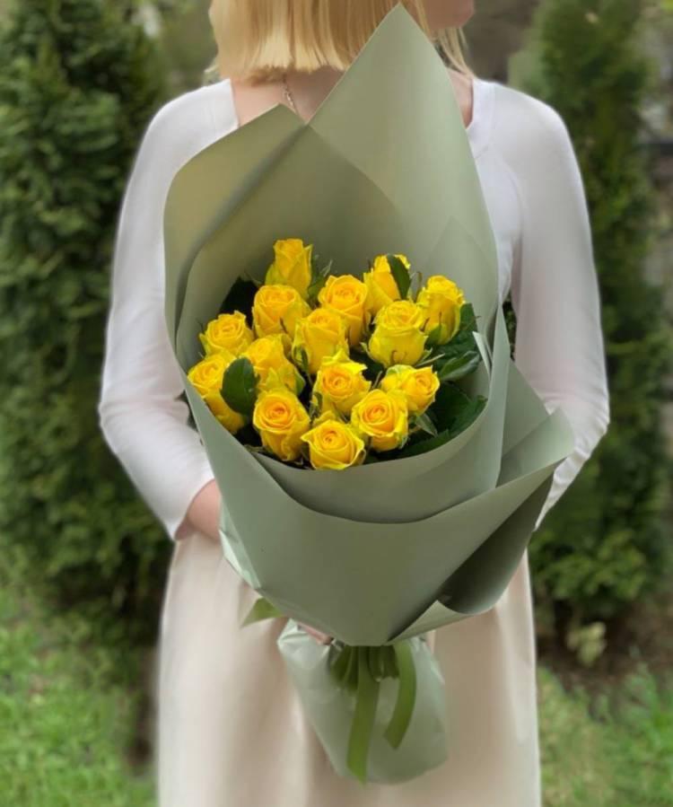 Букет 15 желтых роз в упаковке