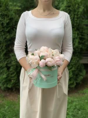 15 белых пионов в шляпной коробке - заказ и доставка цветов Киев