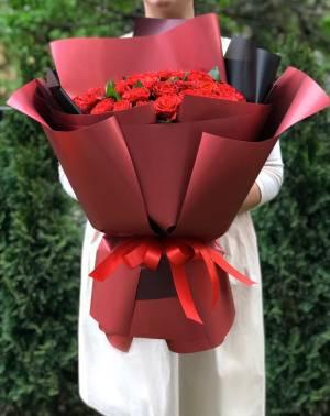 Букет 51 красная роза в упаковке - заказ и доставка цветов Киев