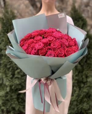 Букет 51 малиновая роза в упаковке - заказ и доставка цветов Киев