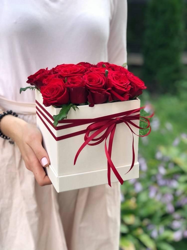 17 красных роз в квадратной коробке
