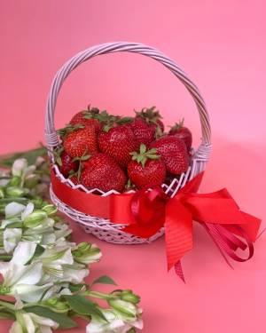 Клубника в корзине - заказ и доставка цветов Киев