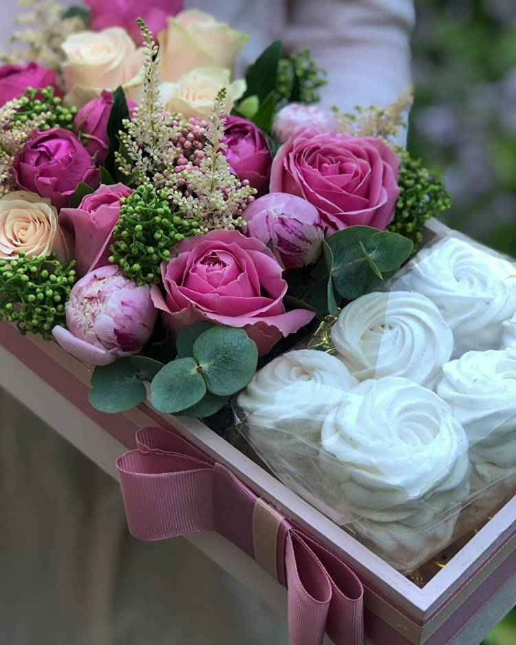 """Коробка с цветами и сладостями """"Нежная сладость"""""""
