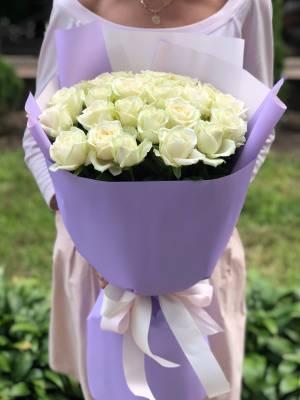 Букет 25 белых роз в упаковке - заказ и доставка цветов Киев
