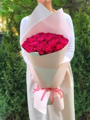 Букет 25 малиновых роз в упаковке - заказ и доставка цветов Киев