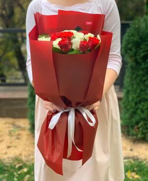 Букет 21 троянда мікс в упаковці - заказ и доставка цветов Киев