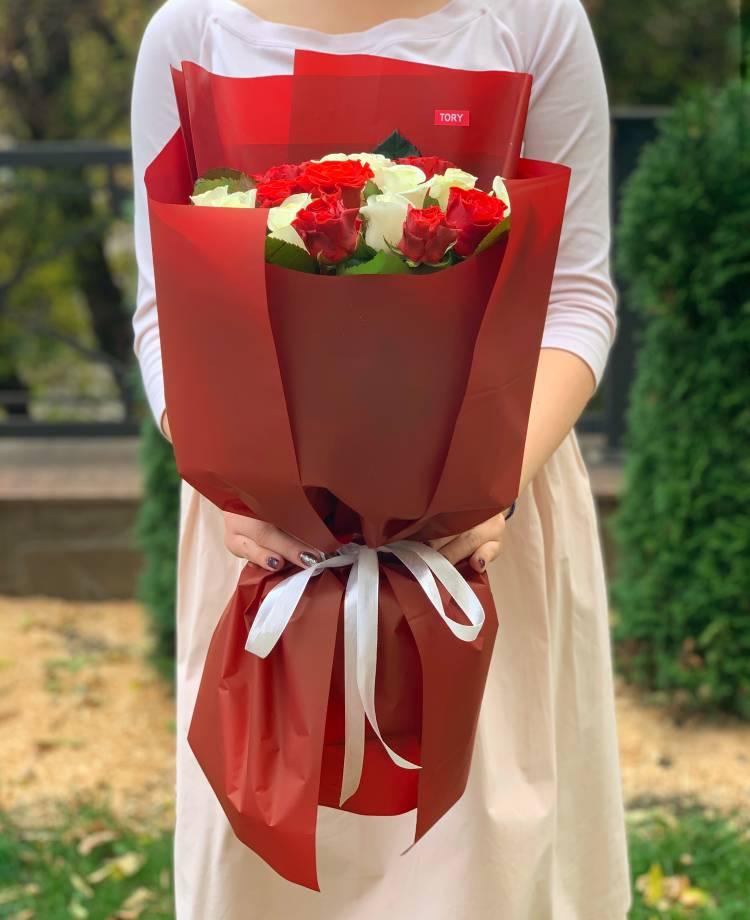 Букет 21 роза микс в упаковке