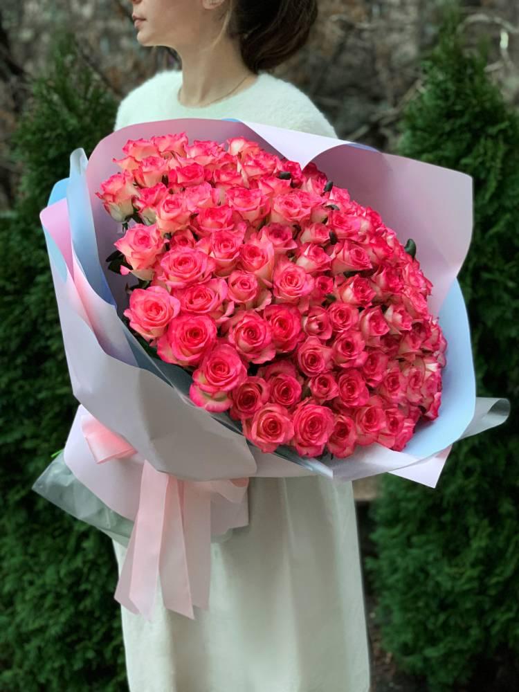 Букет 101 роза Джумилия в упаковке