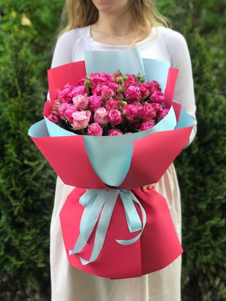 Букет 21 роза спрей малиновая