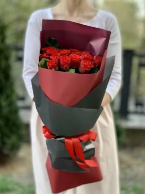 Букет 15 красных роз Эль Торо в упаковке - заказ и доставка цветов Киев