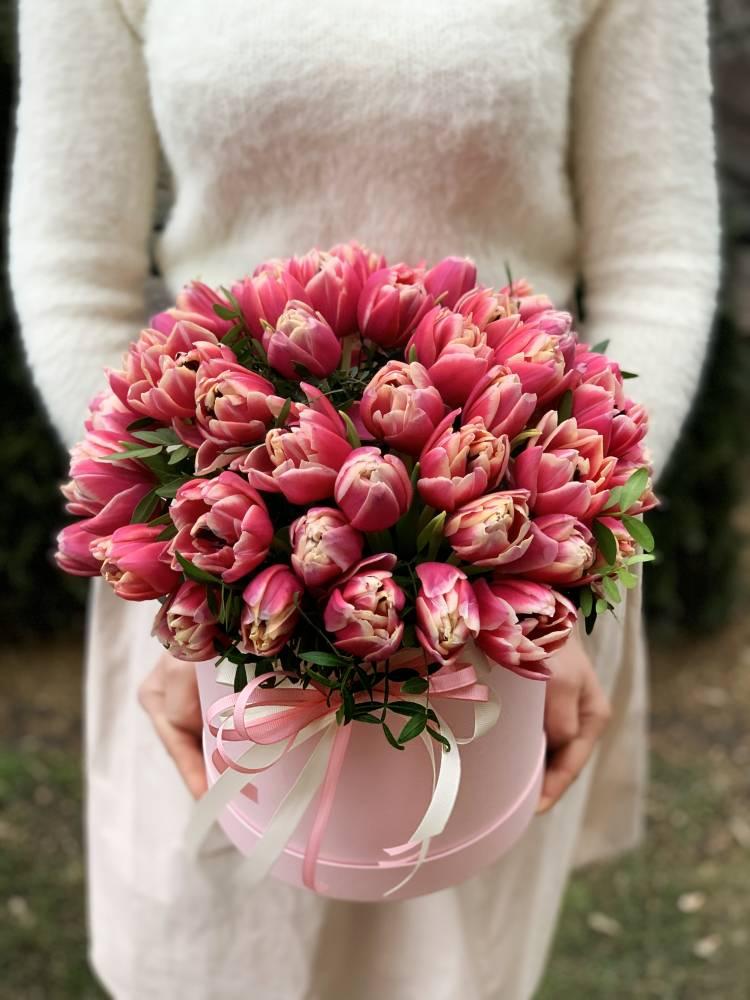 51 розовый пионовидный тюльпан в коробке