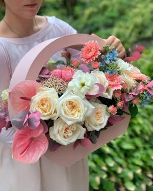 ЦВЕТЫ В КОРОБКЕ ПОЛЮСА ЛЮБВИ - заказ и доставка цветов Киев