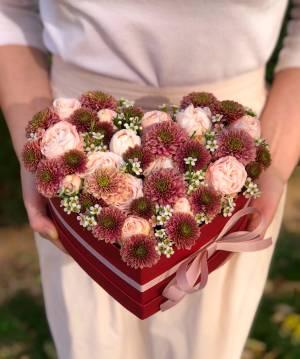 Цветы в коробке в форме сердца