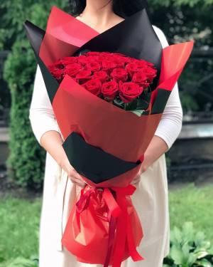 Букет 35 красных роз в упаковке - заказ и доставка цветов Киев