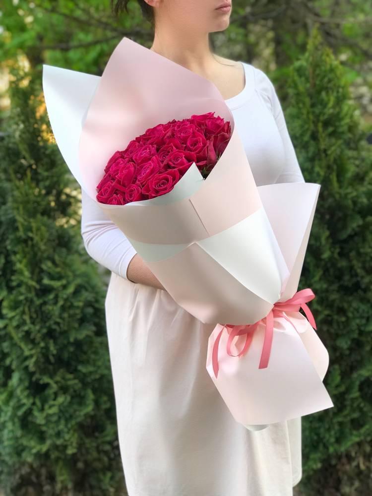 Букет 25 малиновых роз в упаковке