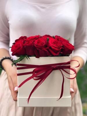 17 красных роз в квадратной коробке - заказ и доставка цветов Киев