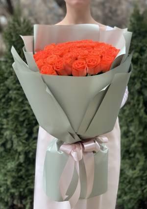 Букет 51 коралловая роза в упаковке - заказ и доставка цветов Киев