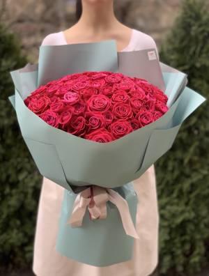 Букет 101 малиновая роза в упаковке - заказ и доставка цветов Киев