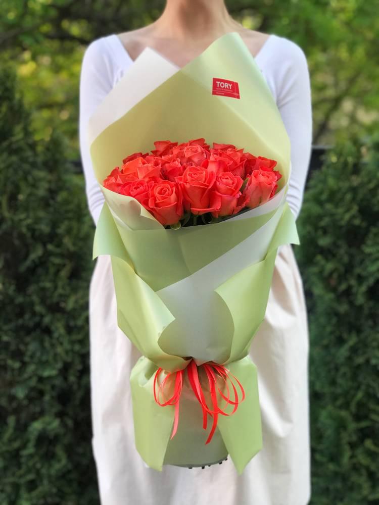 Букет 25 коралловых роз в упаковке