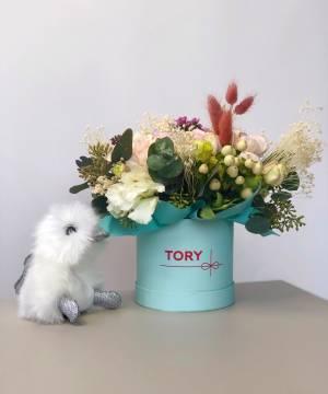 Квіти в коробці з іграшкою