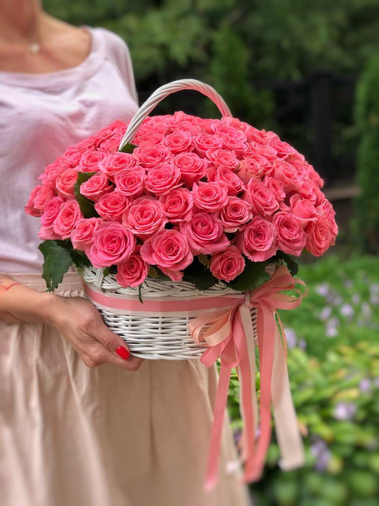 Роза коралловая в корзине