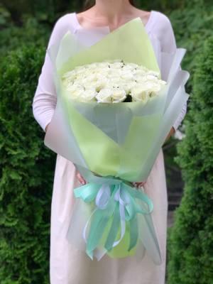 Букет 51 белая роза в упаковке - заказ и доставка цветов Киев
