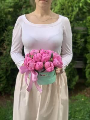 15 Малиновых пионов в шляпной коробке - заказ и доставка цветов Киев
